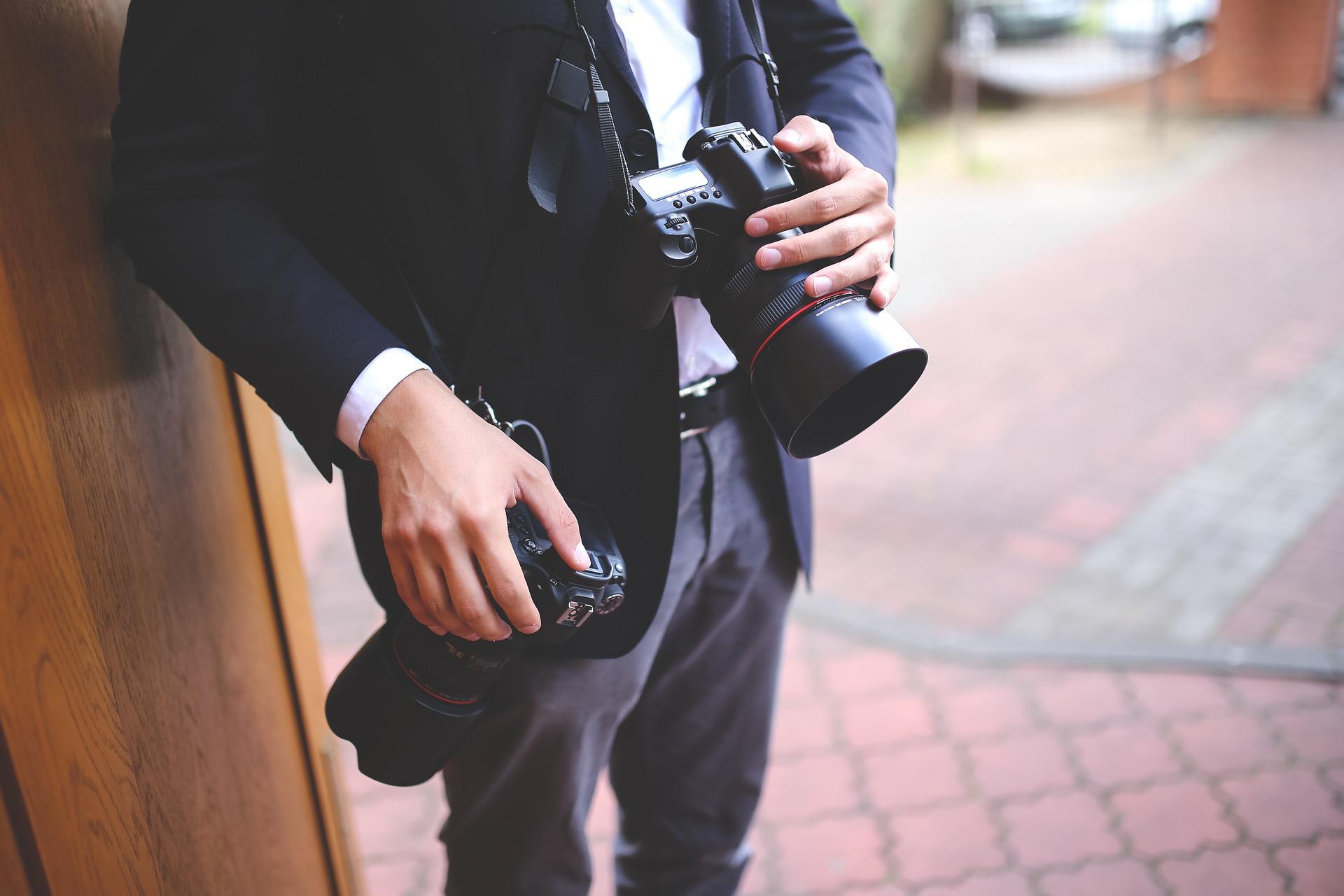 Fotograf mit zwei Kameras